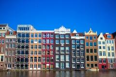 Casas medievales holandesas tradicionales en Amsterdam Imágenes de archivo libres de regalías