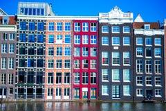 Casas medievales holandesas tradicionales en Amsterdam, Países Bajos Imagen de archivo
