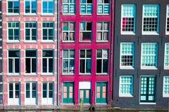 Casas medievales holandesas tradicionales en Amsterdam, Países Bajos Fotos de archivo