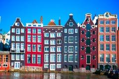 Casas medievales holandesas tradicionales en Amsterdam, Países Bajos Foto de archivo libre de regalías