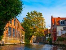 Casas medievales a lo largo de los canales de Brujas en otoño Imagen de archivo