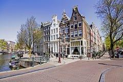 Casas medievales a lo largo del canal en Amsterdam Países Bajos Foto de archivo libre de regalías