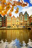 Casas medievales sobre el agua del canal en Amsterdam Fotos de archivo