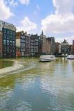 Casas medievales sobre el agua del canal en Amsterdam Fotografía de archivo