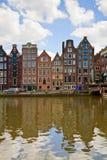 Casas medievales sobre el agua del canal en Amsterdam Fotos de archivo libres de regalías