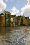 Casas medievales sobre el agua del canal en Amsterdam Imagen de archivo libre de regalías