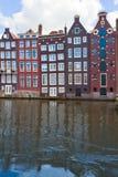 Casas medievales sobre el agua en Amsterdam Imagenes de archivo