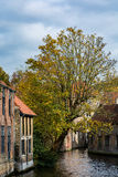 Casas medievales sobre el canal en Brujas en un día nublado Imágenes de archivo libres de regalías