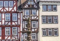Casas medievales viejas en Butzbach con la estatua del caballero Imagen de archivo