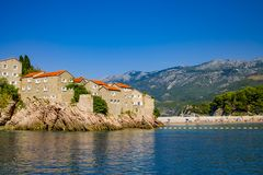Casas medievales viejas en roca en el mar, Balcanes, mediterráneos fotos de archivo