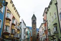Casas medievales y torre vieja, Italia de Vipiteno Imagen de archivo libre de regalías