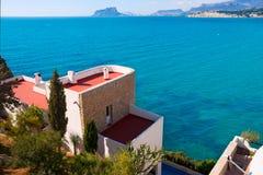 Casas mediterráneas de la opinión de alto ángulo de Moraira Alicante Fotos de archivo