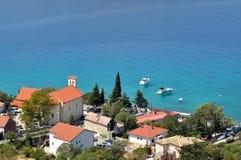 Casas mediterráneas del pueblo en la playa Imagenes de archivo
