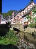 casas Metade-suportadas ao longo do rio de Eltz em Monreal, Rhineland-palatinado, Alemanha imagem de stock