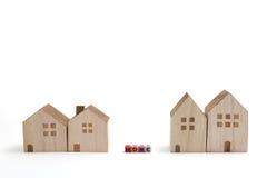 Casas miniatura con los bloques del alfabeto que deletrean a casa Imagen de archivo libre de regalías