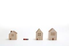 Casas miniatura con los bloques del alfabeto que deletrean a casa Imagenes de archivo