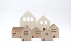 Casas miniatura en el fondo blanco Fotos de archivo libres de regalías