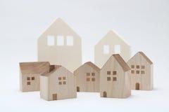 Casas miniatura en el fondo blanco Foto de archivo
