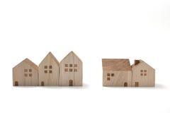 Casas miniatura en el fondo blanco Fotografía de archivo