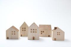 Casas miniatura en el fondo blanco Fotos de archivo