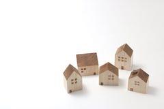 Casas miniatura en el fondo blanco Foto de archivo libre de regalías