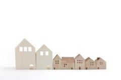 Casas miniatura en el fondo blanco Imagen de archivo