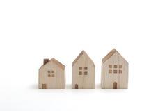 Casas miniatura en el fondo blanco Imágenes de archivo libres de regalías