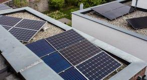 Casas modernas com os pain?is solares no telhado para a energia alternativa fotografia de stock royalty free