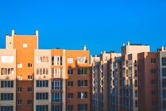 Casas modernas de un nuevo edificio Una sombra del contraste en el edificio Día soleado, cielo azul yarda Paredes amarillas imágenes de archivo libres de regalías