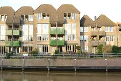 Casas modernas do canal em Thorbeckegracht em Zwolle Fotos de Stock