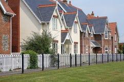 Casas modernas en fila imagenes de archivo