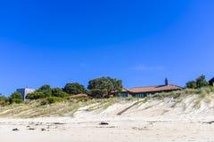 Casas modernas por uma praia imagem de stock