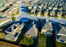 Casas modernas Texas Hill Country vasto do subúrbio da opinião do olho do ` s do pássaro dos painéis solares fotografia de stock royalty free