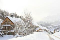Casas, montañas nevadas, los Pirineos Imágenes de archivo libres de regalías