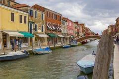 Casas muy hermosas, brillantes, multicoloras en el banco del canal Foto de archivo