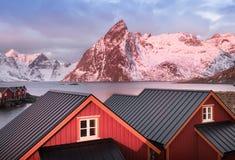 Casas na baía das ilhas de Lofoten imagem de stock royalty free