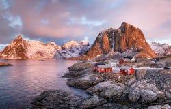 Casas na baía das ilhas de Lofoten foto de stock royalty free