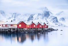 Casas na baía das ilhas de Lofoten imagens de stock royalty free