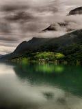 Casas na beira do lago em Noruega Imagem de Stock Royalty Free
