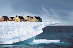 Casas na borda do penhasco do gelo foto de stock
