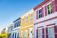 Casas na caminhada de Paseo Atkinson em Cerro Concepción - Valparaiso, o Chile imagens de stock