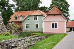 Casas na cidade de Valmiera latvia fotografia de stock royalty free