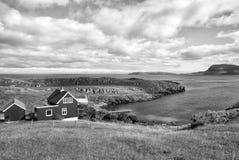 Casas na costa de mar no céu nebuloso em Torshavn, Dinamarca Casas de madeira no seascape Opinião bonita da paisagem verão fotos de stock