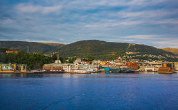 Casas na costa do mar norueguês, Bergen foto de stock royalty free