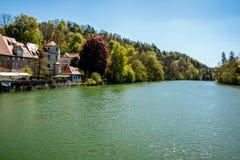 Casas na floresta pelo lado do lago Fotos de Stock