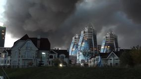 Casas na perspectiva do fumo de um fogo Catástrofe e apocalipse ecológicos CÉU PRETO O sinistro filme