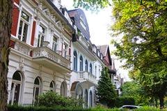 Casas na rua da cidade imagem de stock