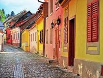 Casas na rua estreita de Sighisoara Imagem de Stock
