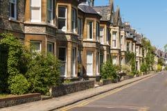 Casas na rua inglesa Foto de Stock Royalty Free