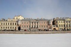 Casas na terraplenagem de Fontanka no inverno em St Petersburg, Rússia imagem de stock